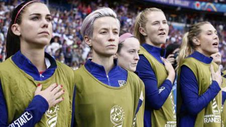 Megan Rapinoe (kedua dari kiri) memilih menutup mulut saat lagu kebangsaan dinyanyikan. - INDOSPORT