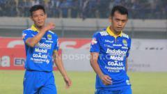 Indosport - Gelandang Persib, Abdul Aziz (kanan) bersama Henhen seusai pertandingan menghadapi Madura United di Stadion Si Jalak Harupat, Kabupaten Bandung, Minggu (23/06/2019).