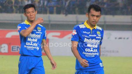 Gelandang Persib, Abdul Aziz (kanan) bersama Henhen seusai pertandingan menghadapi Madura United di Stadion Si Jalak Harupat, Kabupaten Bandung, Minggu (23/06/2019). - INDOSPORT