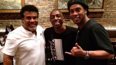 Eks Persebaya IPL, Amaral berfoto dengan legenda sepak bola dunia, Ronaldinho. (Foto: instagram.com/amaralzinho5) - INDOSPORT