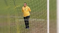 Indosport - Manajer Sriwijaya FC, Hendri Zainuddin, meninjau lapangan menjelang laga Liga 2.
