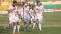 Indosport - Aksi selebrasi pemain Bali United usai mencetak gol ke gawang Kalteng Putra.