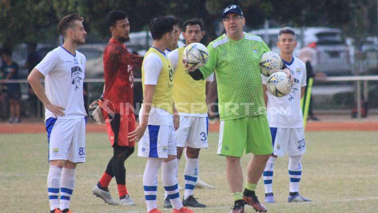Pelatih Persib Bandung, Robert Rene Alberts saat memimpin latihan di Lapangan Saraga ITB, Kota Bandung, Rabu (26/06/2019). Copyright: Arif Rahman/INDOSPORT