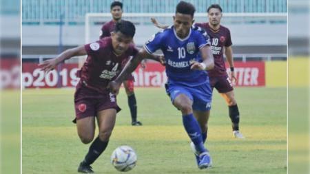 Asnawi Mangkualam berduel pada laga PSM Makassar vs Becamex Binh Duong di Piala AFC 2019, Rabu (26/06/19). - INDOSPORT