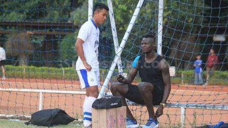 Gelandang Persib, Febri Hariyadi berbincang dengan Ezechiel N'Douassel di Lapangan Saraga ITB, Kota Bandung, Rabu (26/06/19). - INDOSPORT