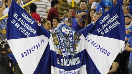 Salah seorang fans El Salvador menutup badannya dengan kostum negaranya di Cuscatlan Stadium (23/03/19). Alex Pena/Getty Images