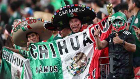 Fans timnas Meksiko merayakan gol pertama ke gawang Kanada dalam laga Piala Concacaf di Mile High Stadium (19/06/19). Omar Vega/Getty Images