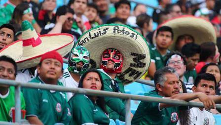Suporter timnas Meksiko ikut meramaikan pertandingan Kanada vs Cuba di Bank of America Stadium (23/06/19). Jaylynn Nash/Icon Sportswire via Getty Images