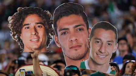 Penggemar Meksiko menunjukkan poster wajah Raul Jimenez, Andres Guardado, dan Jonathan Orozco pada laga Concacaf di Bank of America Stadium (23/06/19). Matthew Ashton - AMA/Getty Images