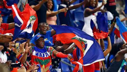 Suporter timnas Haiti antusias saat memberikan dukungan kepada negaranya di Red Bull Arena (24/06/19). Adam Hunger/Getty Images