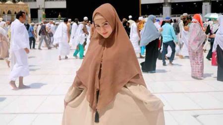 Mantan ring girl MMA, Tia Setia atau Thya Sethya, saat ini sudah mengubah penampilannya yang dulu terlihat sangat terbuka, sekarang menggunakan hijab. - INDOSPORT