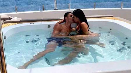 Kemesraan Cristiano Ronaldo dan Georgina Rodriguez di bak kolam. - INDOSPORT