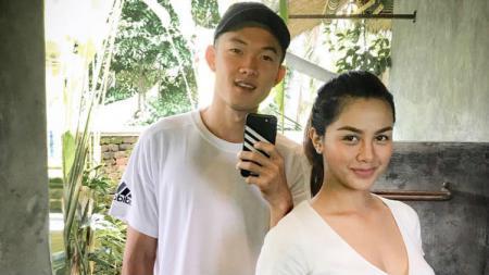 Pemain Bali United Sutanto Tan dan pemanah Dellie Threesyadinda. - INDOSPORT