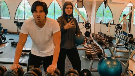 Fairuz A. Rafiq bersama suaminya tengah melakukan aktivitas gym - INDOSPORT