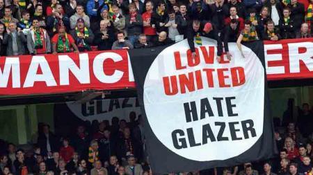 Suporter Man United bentangkan spanduk bertuliskan 'Cinta United, Benci Malcolm Glazer' sebagai bentuk protes atas ketidak becusan keluarga Glazer dalam mengelola klub - INDOSPORT
