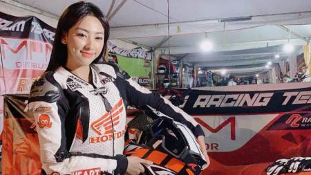 Angela Lorenza, model cantik Indonesia ini mampu terlihat cantik sekaligus sangar di waktu yang bersamaan ketika menunggangi moge alias motor gede. - INDOSPORT