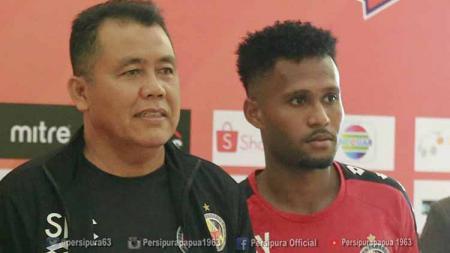 Pelatih Semen Padang, Syafriantk Rusli bersama Pemainnya, Fridolin Yoku. Foto: Media Officer Persipura - INDOSPORT
