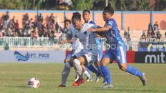 Indosport - Penyerang Persiba Balikpapan, Indra Setiawan (kanan) saat masih perkuat PSCS Cilacap.