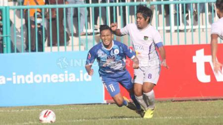 Egi Melgiansyah (kanan) dalam laga Liga 2 di Stadion Wijayakusuma, Cilacap, Kamis (27/06/19). - INDOSPORT