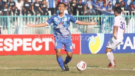 Winger PSCS Cilacap, Imam Bagus Kurniawa kecewa setelah terjebak offside dalam laga Liga 2 di Stadion Wijayakusuma, Cilacap, Kamis (27/06/19). Foto: Ronald Seger Prabowo/INDOSPORT