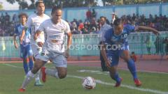 Indosport - Striker PSCS Cilacap, Saiful Bahri (kanan) berusaha melewati kawalan bek Persita Tangerang, Rio Ramandika dalam laga Liga 2 di Stadion Wijayakusuma, Cilacap, Kamis (27/06/19). Foto: Ronald Seger Prabowo/INDOSPORT