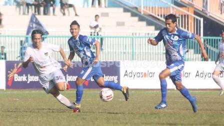 Gelandang PSCS Cilacap, Said Nurul Aksor membawa bola dalam laga Liga 2 di Stadion Wijayakusuma, Cilacap, Kamis (27/06/19). Foto: Ronald Seger Prabowo/INDOSPORT
