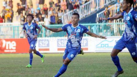 Striker PSCS Cilacap, Saiful Bahri berselebrasi usai mencetak gol ke gawang Persita Tangerang dalam laga Liga 2 di Stadion Wijayakusuma, Cilacap, Kamis (27/06/19). Foto: Ronald Seger Prabowo/INDOSPORT - INDOSPORT