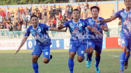 Striker PSCS Cilacap, Saiful Bahri berselebrasi usai mencetak gol ke gawang Persita Tangerang dalam laga Liga 2 di Stadion Wijayakusuma, Cilacap, Kamis (27/06/19). Foto: Ronald Seger Prabowo/INDOSPORT