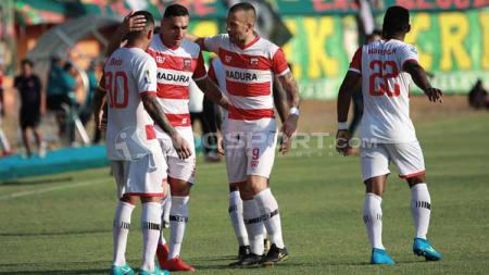 Selebrasi gol Beto Goncalves saat membobol gawang Pesebaya - INDOSPORT