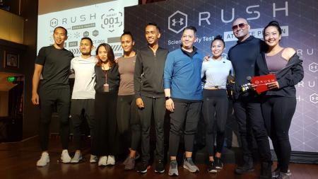 Deddy Corbuzier (kedua dari kanan) tampil dalam perkenalan produk baru Under Armour, Rush and Recovery - INDOSPORT