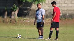 Indosport - Direktur Akademi Bali United, Wayan Arsana saat memberi pengarahan pada salah satu penggawa tim U-20 dalam sesi latihan di Lapangan Trisakti Legian, Kuta, Badung. Foto: Nofik Lukman Hakim