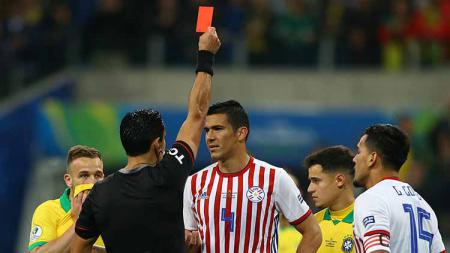 Wasit Roberto Tobar Vargas memberikan kartu merah kepada Fabian Balbuena di Arena do Gremio (28/6/19). Lucas Uebel/Getty Images - INDOSPORT