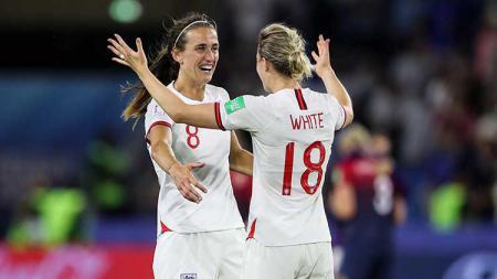 Jill Scott dan Ellen White merayakan gol sekaligus negaranya lolos ke semifinal Piala Dunia Wanita 2019 di Stadion Oceane - INDOSPORT