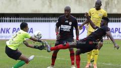 Indosport - Situasi pertandingan Persipura Jayapura vs Semen Padang