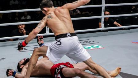 Thanh Le mengalahkan lawannya, Yusup Saadulaev dengan teknik Headkick mematikan hingga membuat lawannya Knock Out (KO). - INDOSPORT
