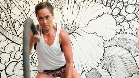 Jemima Djatmiko tegah fokus melakukan olahraga - INDOSPORT