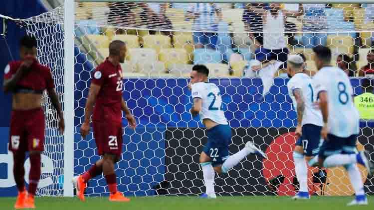 Lautaro Martinez perayaan gol pada laga Venezuela vs Argentina di Copa America 2019, Sabtu (29/06/19). Copyright: Twitter/@SBOBET