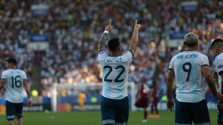 Lautaro Martinez merayakan gol pada laga Venezuela vs Argentina di Copa America 2019, Sabtu (29/06/19). - INDOSPORT
