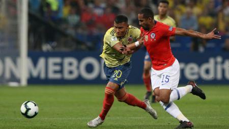 Pemain Chile dan Kolombia saling berebut bola di delapan besar Copa America 2019 - INDOSPORT