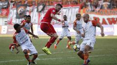 Indosport - Pemain Persija, Marko saat dijaga ketat dua pemain Borneo FC di pertandingan Persija Jakarta vs Borneo FC di Stadion Wibawa Mukti, Cikarang, Sabtu (29/06/19). Foto: Herry Ibrahim/INDOSPORT