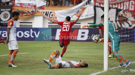Selebrasi Bambang Pamungkas usai menjebol gawang Borneo FC di pertandingan Persija Jakarta vs Borneo FC di Stadion Wibawa Mukti, Cikarang, Sabtu (29/06/19). Foto: Herry Ibrahim/INDOSPORT - INDOSPORT