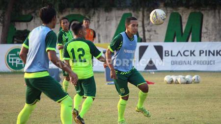 Karena kompetisi sepak bola di Indonesia masih terhenti akibat pandemi corona, derby Yogyakarta antara Benny Wahyudi vs Misbakus Solikin digelar secara virtual. - INDOSPORT