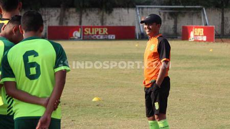 Djajang Nurdjaman memimpin latihan Persebaya di Lapangan Polda Jatim, Sabtu (28/6/19). Foto: Fitra Herdian/INDOSPORT - INDOSPORT