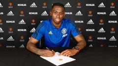 Indosport - Pemain Manchester United, Aaron Wan-Bissaka berpose usai menandatangani kontrak, Minggu (30/06/19) di Manchester, Inggris. Foto: Manchester United/Getty Images