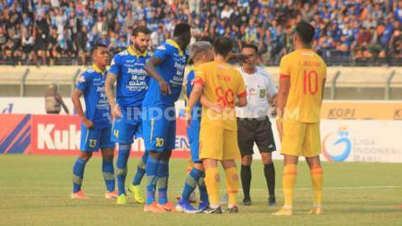 Stiker Persib Bandung, Ezechiel N'Douassel pada laga kandang Liga 1 2019 di Stadion Si Jalak Harupat, Kabupaten Bandung, Minggu (30/06/2019). Foto: Arif Rahman/INDOSPORT - INDOSPORT