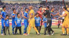 Indosport - Pemain Persib dan Bhayangkara FC bersalaman pada laga Liga 1 2019 di Stadion Si Jalak Harupat, Kabupaten Bandung, Minggu (30/06/2019). Foto: Arif Rahman/INDOSPORT