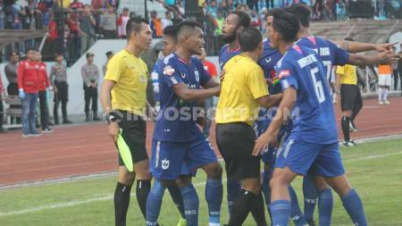 Pemain PSIS Semarang memprotes wasit di Shopee Liga 1, Minggu (30/06/2019). Foto: Ronald Seger Prabowo/INDOSPORT - INDOSPORT
