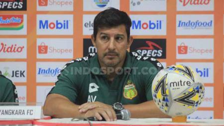 Alfredo Vera melakukan gebrakan saat Bhayangkara FC menghadapi Persija Jakarta dengan tidak memainkan Flavio Beck Junior. - INDOSPORT