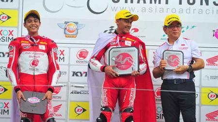 Awhin Sanjaya dan Irfan Ardiansyah naik podium, setelah menyelesaikan balapan pertama putaran kelima Asia Road Racing Championship kelas Asia Production 250cc - INDOSPORT