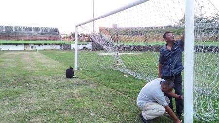 Tim verifikasi dari Asprov PSSI Jateng saat mengecek salah satu gawang di Stadion H Hoegeng, Kota Pekalongan. Media PSSI Jateng/INDOSPORT - INDOSPORT